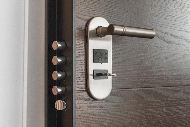 Jak otworzyć drzwi bez klucza?
