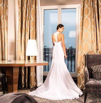 Proste, klasyczne suknie ślubne są zawsze modne